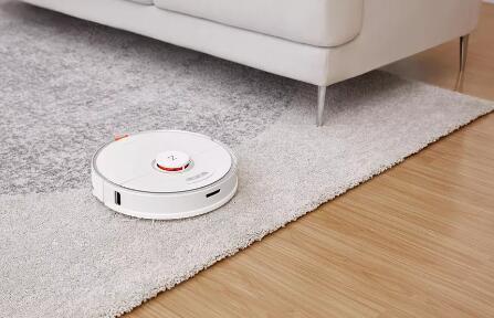 该机器人吸尘器也使用智能刷擦地板